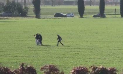 In preda a un raptus accoltella e minaccia i passanti, il video dell'arresto