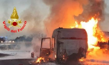 Camion in fiamme in A4, strada chiusa in entrambi i sensi: le foto dell'incendio