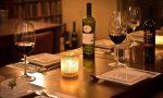 Alle 2 di notte seduti a bere al tavolo del bar in barba a tutte le regole anti Covid