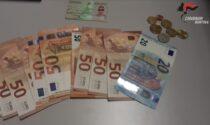 Nascosti nella manica della giacca teneva 2,5 grammi di cocaina e 577 euro