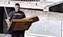 Abbandonano mobili e rifiuti per strada: tre incivili inchiodati dalle telecamere