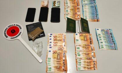 Appartati in auto con 4.600 euro in contanti e 100 grammi di hashish