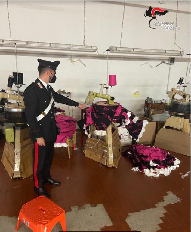 Dipendenti in nero all'opera per produrre vestiti contraffatti, imprenditore di Borgo Mantovano nei guai