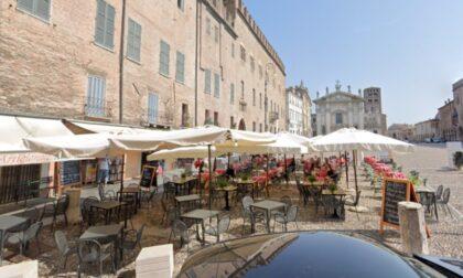 A Mantova è guerra tra chi necessità dei tavolini in strada e chi dei parcheggi