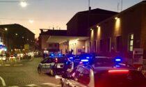 Aggredisce i passanti, tenta la fuga sul treno e usa una bottiglia rotta come arma: scena da film a Mantova