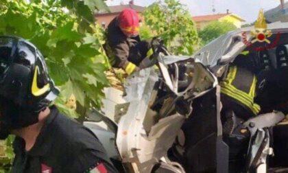 Maltempo devastante: albero cade su un furgone, operai estratti dalle lamiere in gravi condizioni