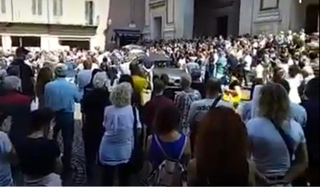 Funerali De Donno, centinaia di persone unite in un lungo applauso per l'ex primario del Poma