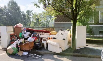 Svuota casa buttando tutto... sul marciapiede in centro: scoperto e denunciato