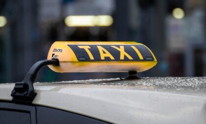 Puntano il coltello alla gola del tassista e lo derubano di 50 euro: rapinatori arrestati